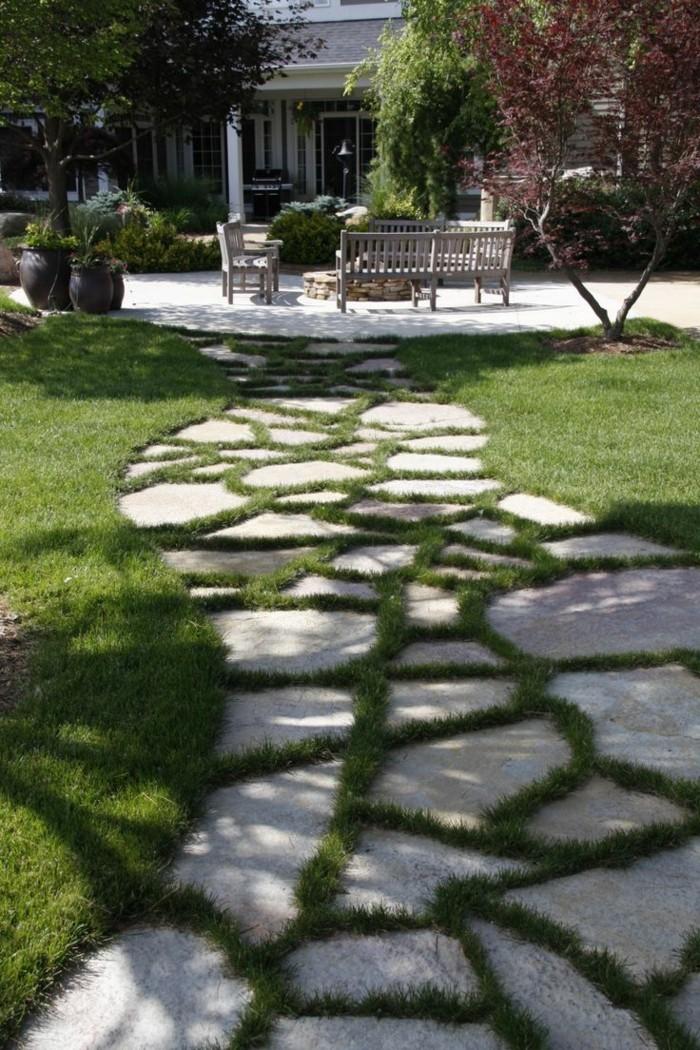 gartenweg plattenbelag mit gras dekoriert