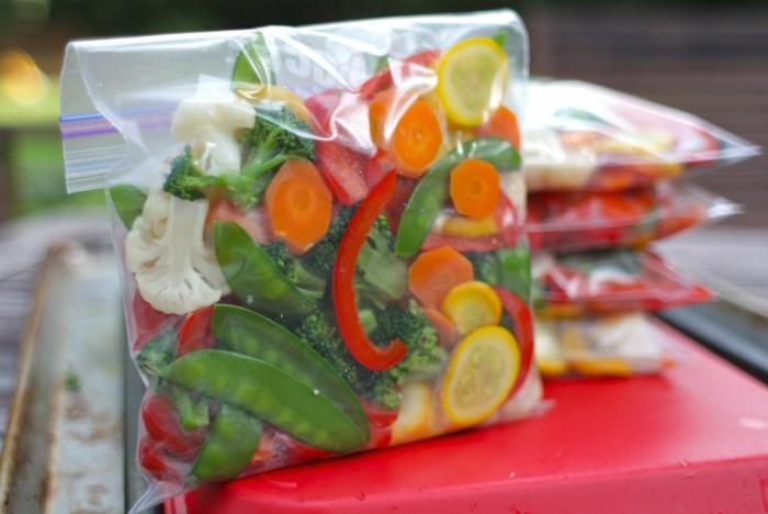 gefrorenes obst und gemüse in tüte im eisfach aufbewahen