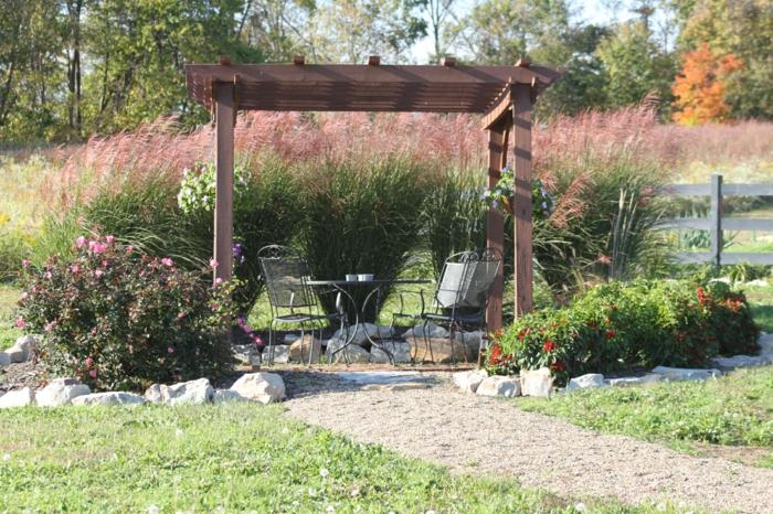 gräser im garten ornamtental holzpergola sitzgruppe