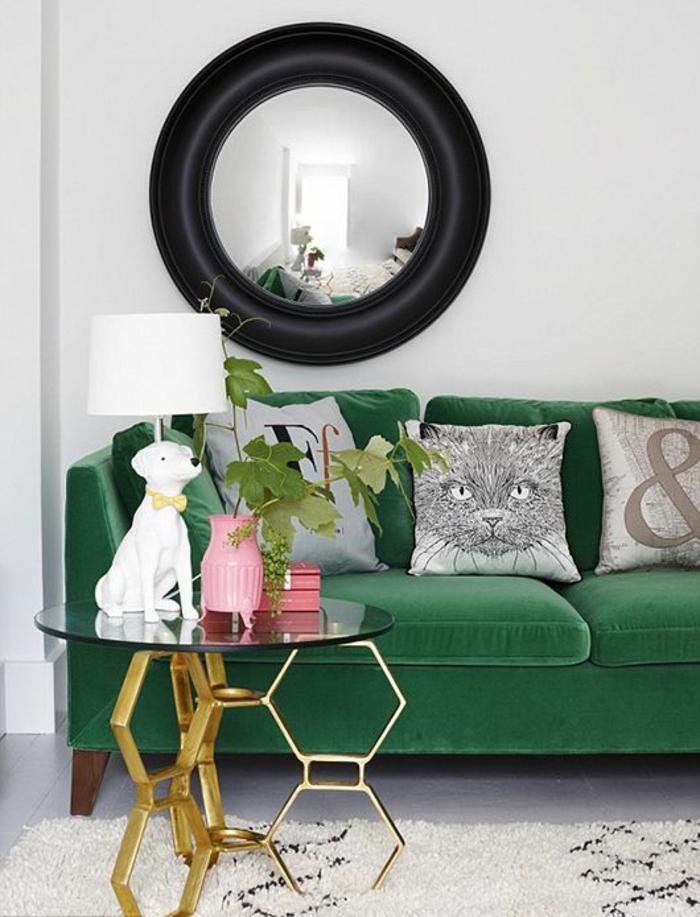 grünes sofa coole dekokissen wandspiegel teppich