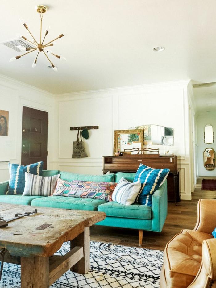 grünes sofa rustikaler tisch teppich hellbrauner sessel