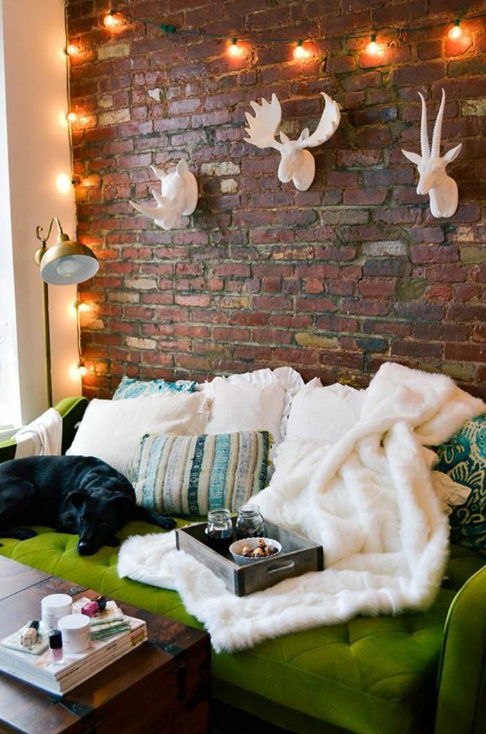 grünes sofa weiße decke wohnzimmer einrichten ziegelwand leuchterkette