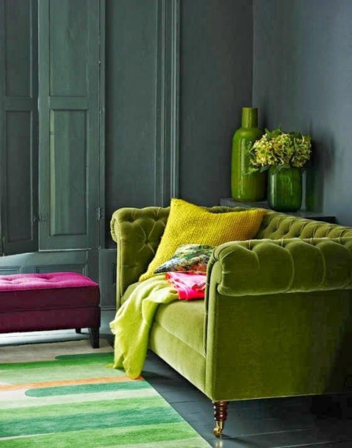 grünes sofa wohnzimmer einrichten farbiger teppich