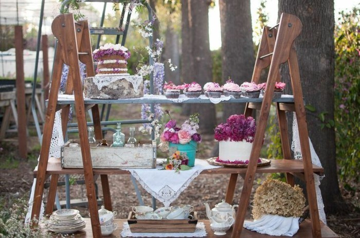 hochzeitsdekoration ideen vintage stil alte holzleiter cupcakes blumen hochzeitstorten