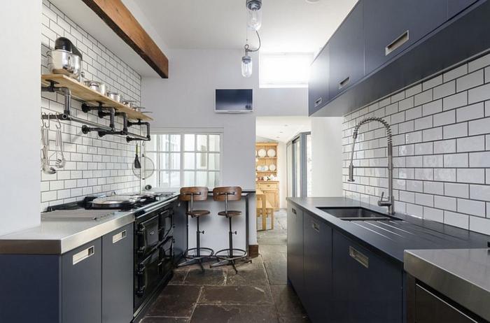 küchendesign graue küchenschränke weiße wandfliesen