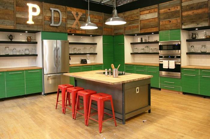 küchendesign grüne küchenschränke rote barhocker