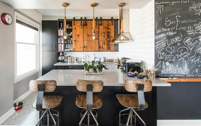 kücheneinrichtung industriell schwarze tafel barhocker
