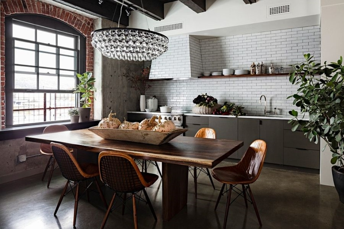 küchendesign industrielle küche schicker leuchter pflanze