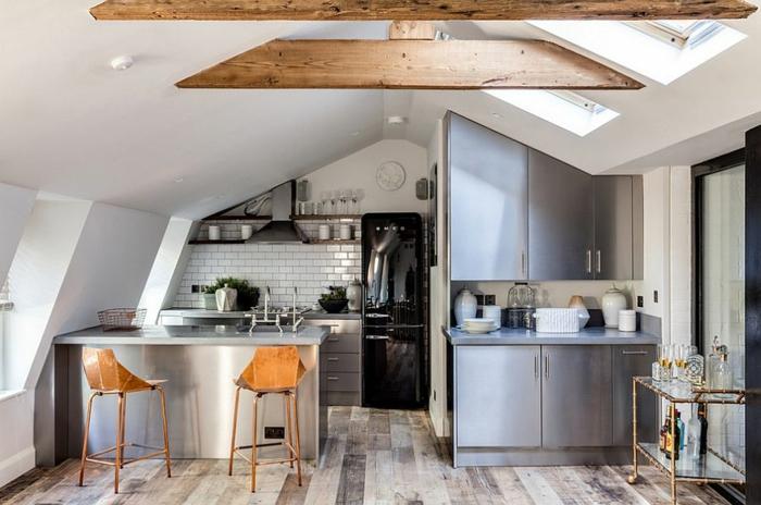 kücheneinrichtung kleine küche industriell einrichten dachschräge