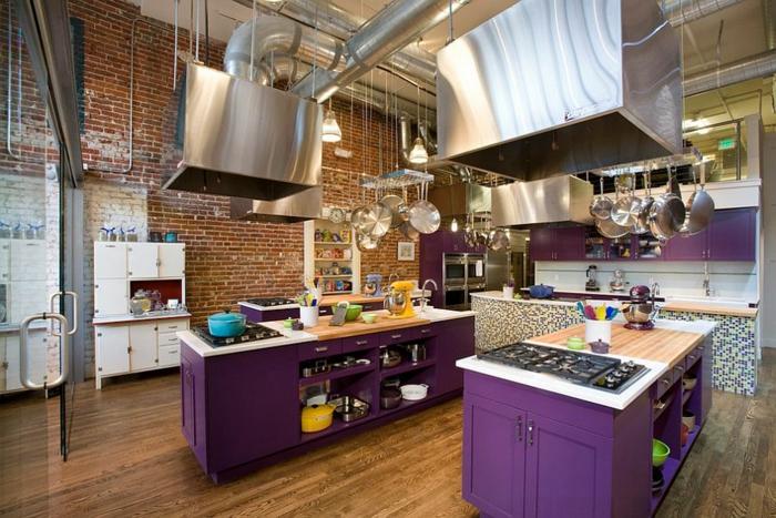 kücheneinrichtung modern industriell lila kücheninseln