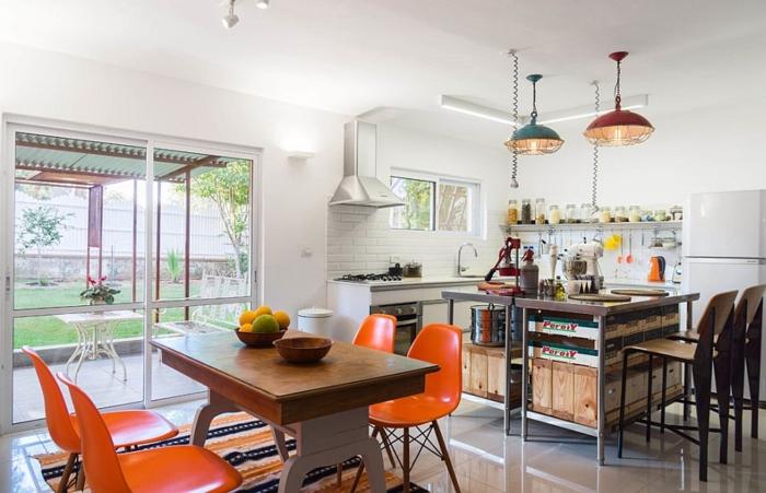 kücheneinrichtung orange küchenstühle farbige pendelleuchten