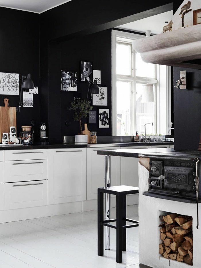 küchengestaltung ideen schwarze wandfarbe weiße küschenschränke
