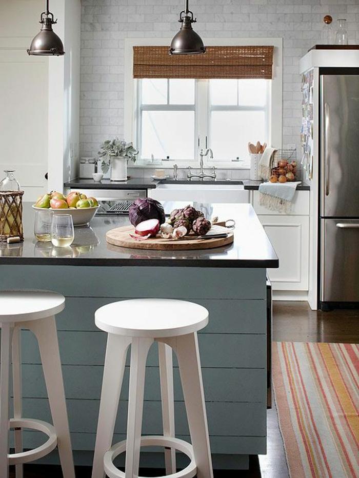 küchengestaltung kleine küche akzentwand raffrollo