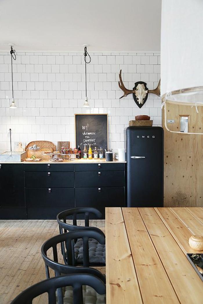 küchengestaltung schwarze küchenschränke stühle rustikaler tisch