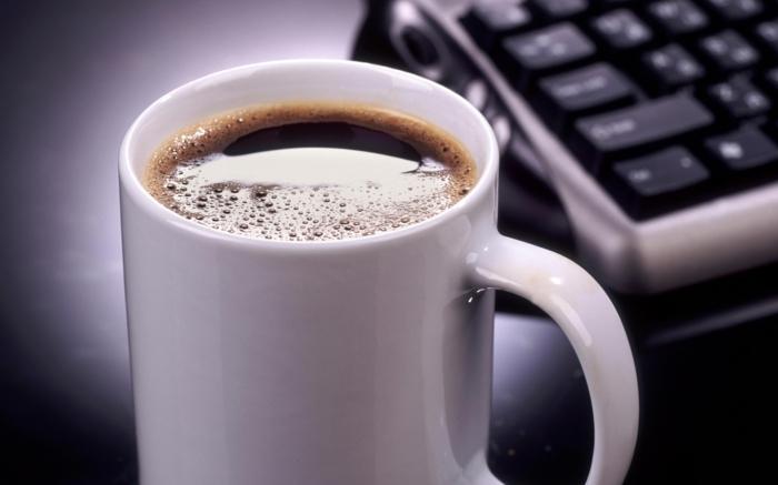 kaffee trinken morgens vor arbeit lifestyle