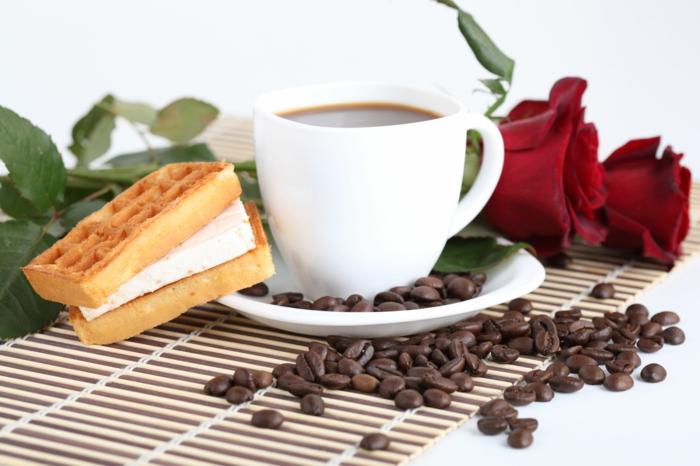 kaffee trinken pasende zeit frühstück rosen
