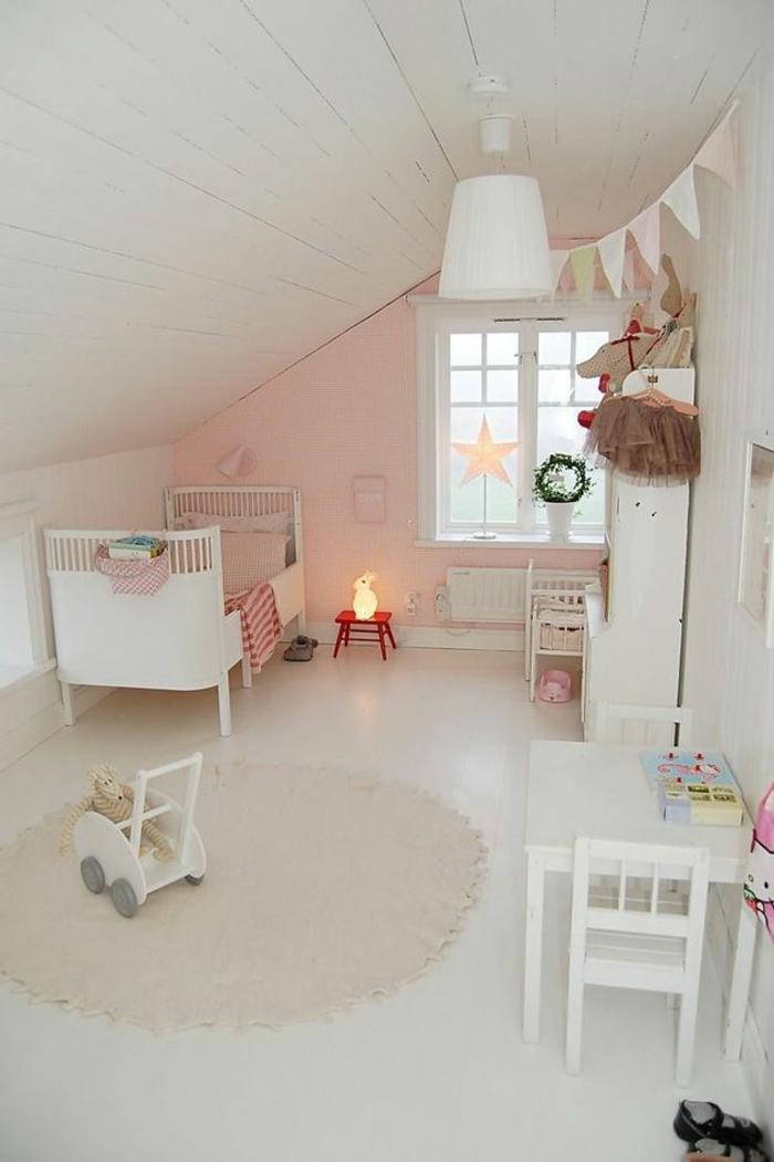 kinderzimmer gestalten dachschräge rosa akzentwand