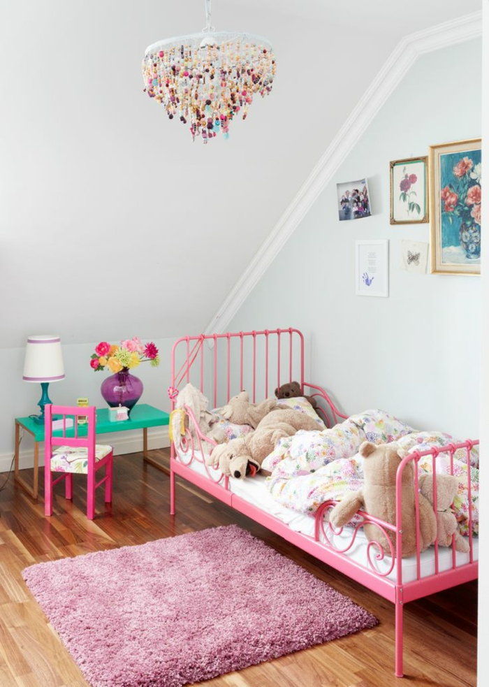 kinderzimmer gestalten mädchen rosa teppich leuchter tischlampe
