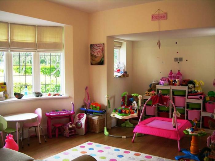 kinderzimmer teppich weiß bunte punkte helle wandfarbe