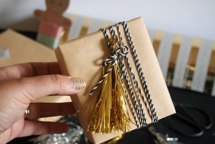 kissen design geschenkverpackung goldene quasten glänzend