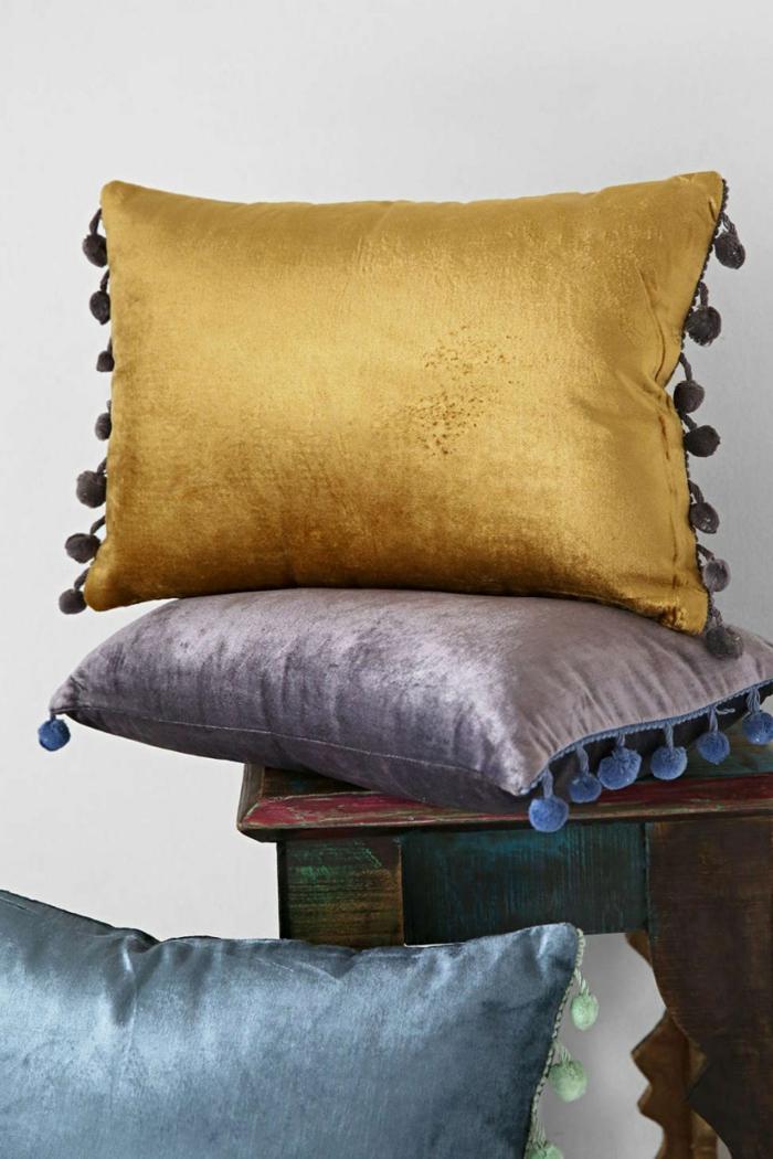 verspieltes kissen design mit quasten und pompons. Black Bedroom Furniture Sets. Home Design Ideas
