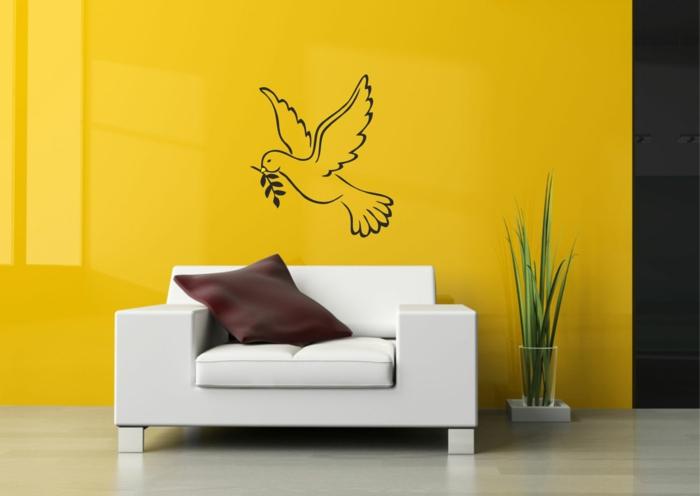 kreative wandgestaltung gelbe wandgestaltung wohnzimmer wandtattoo weißes sofa