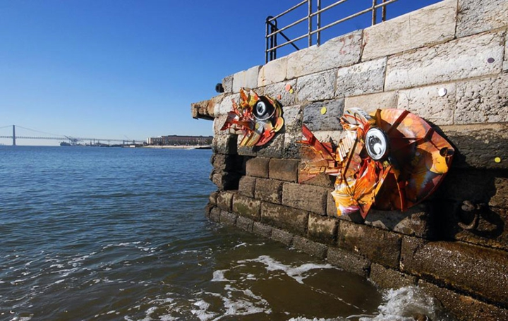 kunst aus müll streetart künstler Bordalo Segundo fische meer
