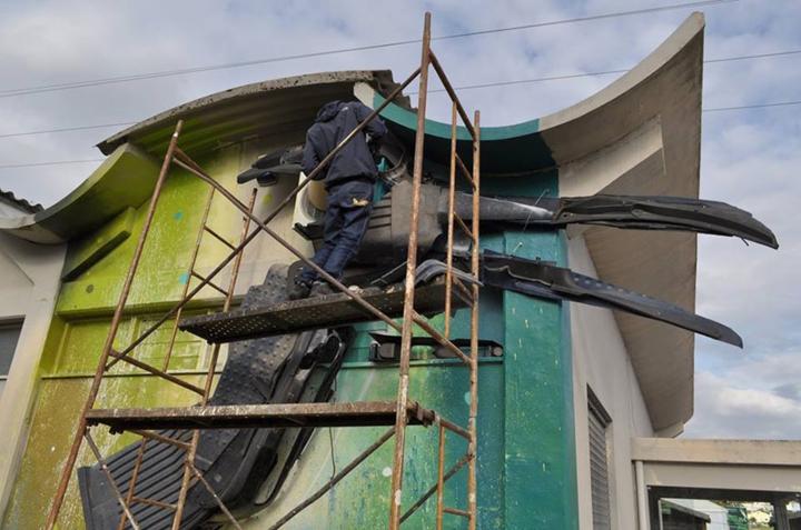 kunst aus müll streetart künstler Bordalo Segundo hausfassade vogel bauen