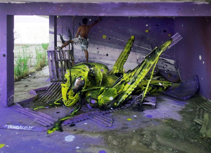 kunst aus müll streetart künstler Bordalo Segundo heuschrecke