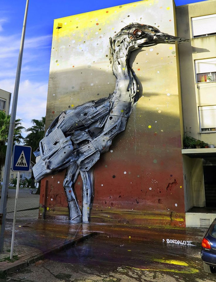 kunst aus müll streetart künstler Bordalo Segundo vogel riesig