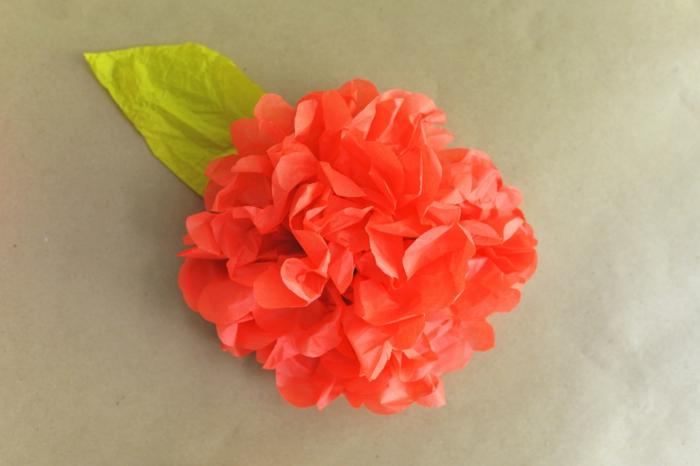 kunstblumen papierblumen orange blüte grünes blatt