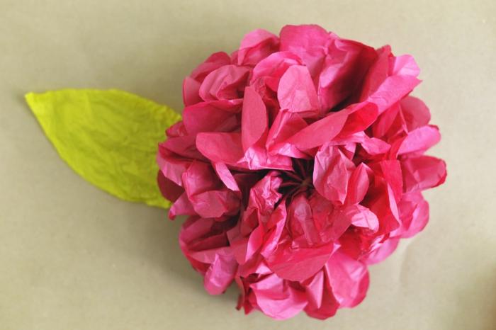 kunstblumen papierblumen violette blüte rose grünes blatt