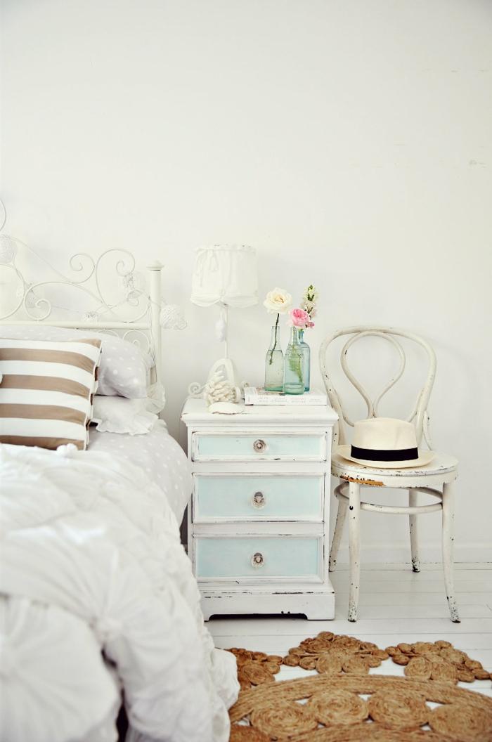 landhausstil möbel schlafzimmer toller teppich alter stuhl