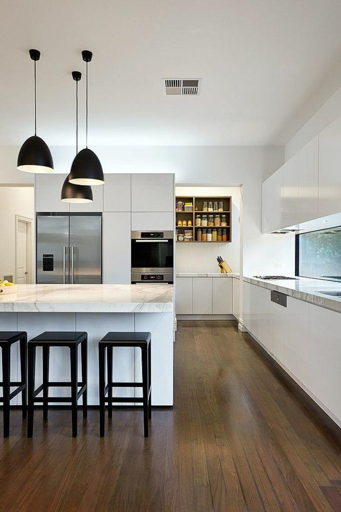 moderne küchen design weiß marmor schwarze barhocker pendelleuchten