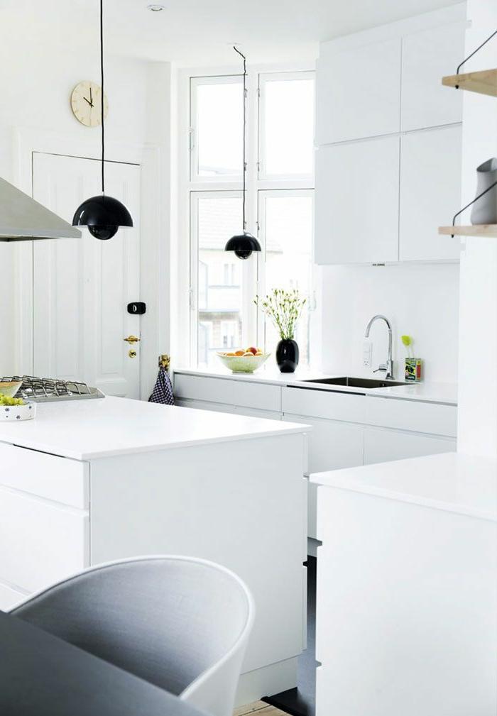 moderne küchen weißes design schwarze hängeleuchten