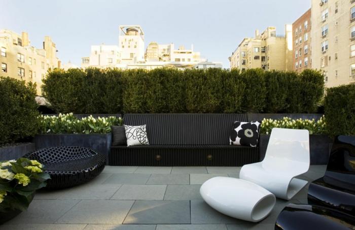 moderne terrassengestaltung ausgefallene sessel weiß schwarz