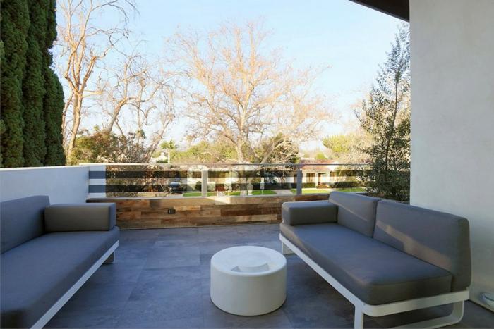 moderne terrassengestaltung graue sofas runder couchtisch bodenfliesen