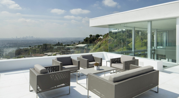 moderne terrassengestaltung gtraue außenmöbel minimalistisch