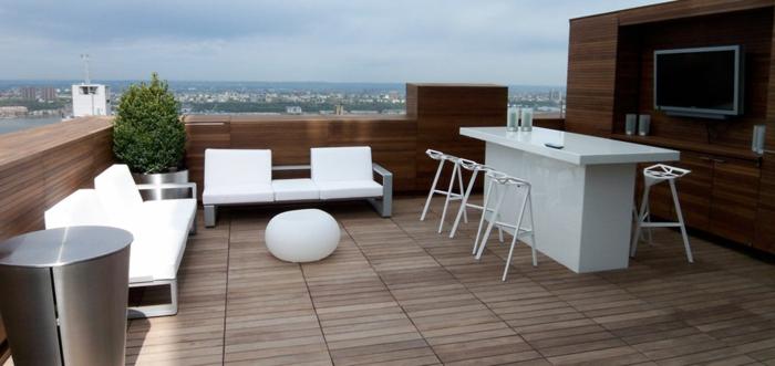 moderne terrassengestaltung modern frisch pflanzgefäße metall weiße stuhlauflagen