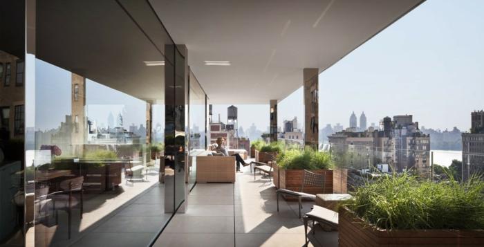 moderne terrassengestaltung riesige pflanzenbehälter bodenfliesen