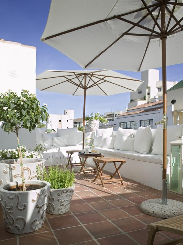 moderne terrassengestaltung weiße dekokissen coole pflanzgefäße