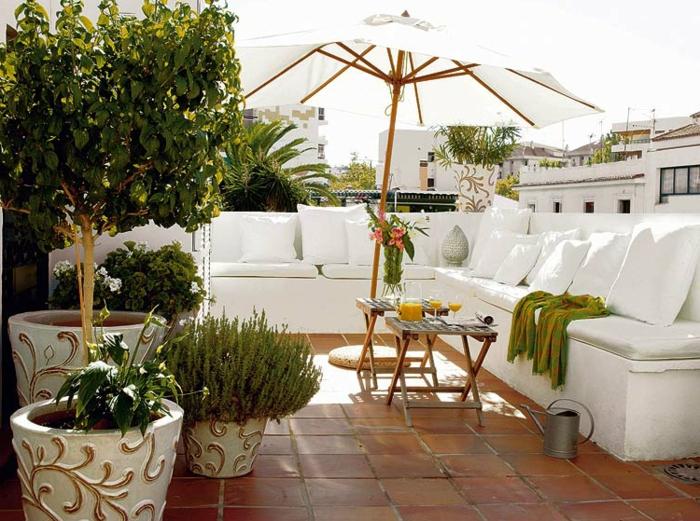 moderne terrassengestaltung weiße sitzkissen große blumentöpfe