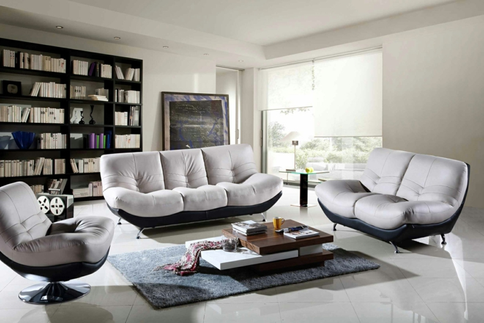 moderne wohnzimmermöbel bequeme sessel grauer teppich offenes regalsystem