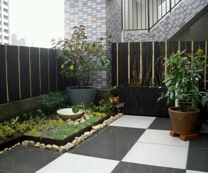 moderner garten coole bodenfliesen weiß schwarz pflanzenbehälter