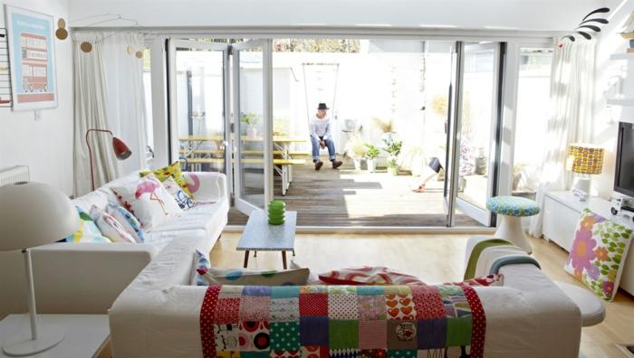 minimalistische Wohnwand oranges Sofa Design
