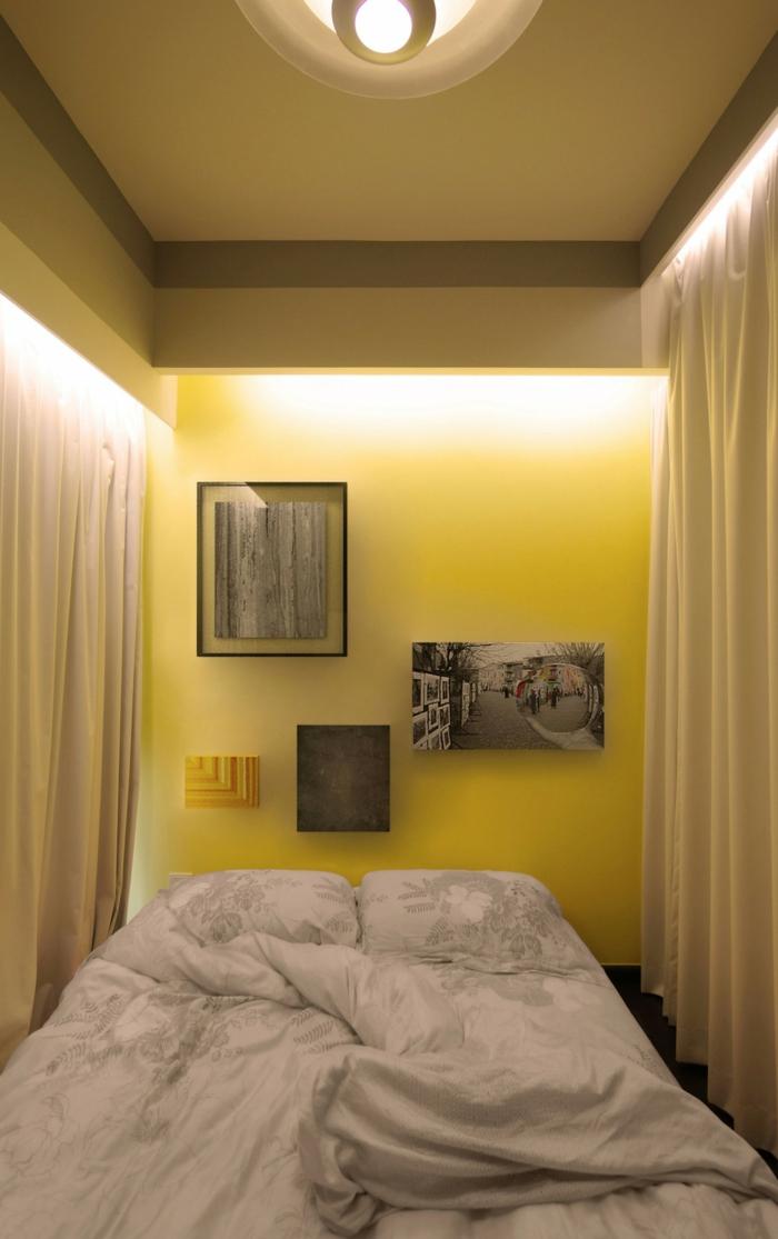 kleine wohnung schlafzimmer raumtrenner gelbe wand lange gardinen