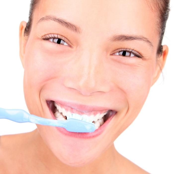 richtige zahnpflege mädchen zähne putzend
