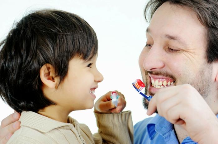 richtige zahnpflege vater und sohn zähne putzen