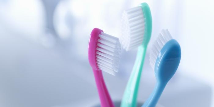 richtige zahnpflege zahnbürsten rosa grün blau