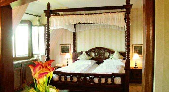 romantik hotels antikes betthimmel weißes leinen